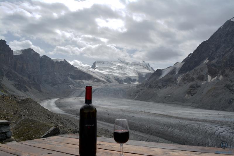 L'instant X à la cabanne de  Panossiere avec vu sur le glacier de Panossière le Grand Combin (4300m)